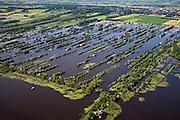 Nederland, Utrecht, Gemeente Breukelen, 25-05-2010; Trekgaten (Loosdrechtsche Plassen) met op de legakkers vakantiehuisjes. Autosnelweg A2 in de achtergrond. Legakkers zijn ontstaan door het afgraven van ht laagveen en werden gebruikt om het veen te drogen en turf te produceren (turven), de resterende stroken water zijn trekgaten..Water landscape as the result of peat extraction.luchtfoto (toeslag), aerial photo (additional fee required).foto/photo Siebe Swart