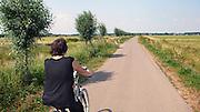 Nederland, Ubbergen, 17-7-2010Een vrouw rijdt op haar electrische fiets door de Ooijpolder.Foto: Flip Franssen/Hollandse Hoogte