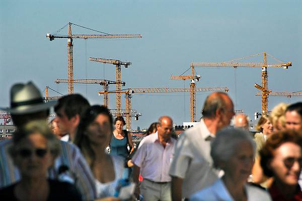 Duitsland, Berlijn, 22-8-2009 Vanaf het dak van de Reichstag zijn hijskranen te zien. Nog steeds wordt er in het centrum volop gebouwd.Foto: Flip Franssen/Hollandse Hoogte