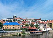Praga, stolica Czech. 2013-07-23. Widok na Hradczany z Mostu Karola.