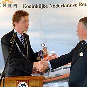 NLD/Huizen/20060512 - Opening vernieuwd KNRM reddingsstation Huizen Energieweg 1, burgemeester Frans Willem van Gils overhandigd de sleutel van reddingsvaartuig de Gooier