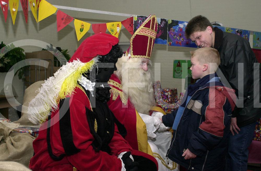fotografie frank uijlenbroek©2003 frank uijlenbroek..031202 hardenberg ned..De Schatkamer van Sinterklaas...Sinterklaas ontving weer tientallen kinderen in de Schakel