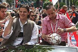 09.05.2010, Marienplatz, Muenchen, GER, 1. FBL, Meisterfeier der Bayern , im Bild Daniel van Buyten (FC Bayern Nr.5) und Franck RibÈry (FC Bayern Nr.7)  , EXPA Pictures © 2010, PhotoCredit: EXPA/ nph/  Straubmeier / SPORTIDA PHOTO AGENCY