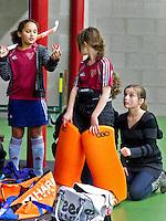 BENNEBROEK - Zaalhockey D meisjes competitie. Nog een heel gedoe om een keeper van AMVJ in het pak te heisen. ANP COPYRIGHT KOEN SUYK