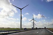 Nederland, Andelst, 7-2-2019 Windmolens in een windpark langs de snelweg A15. Schone duurzame energie. Verkeer rijdend op fossiele brandstof komt erlangs. Boeren, boerenland Foto: Flip Franssen