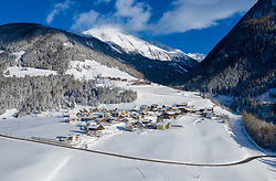 THEMENBILD - Übersicht auf den Verschneiten Ortsteil Lesach mit Oberlesach. Kals am Großglockner, Österreich am Dienstag, 15. Jänner 2019 // Overview on the snowy district Lesach with Oberlesach. Tuesday, January 15, 2019 in Kals am Grossglockner, Austria. EXPA Pictures © 2019, PhotoCredit: EXPA/ Johann Groder