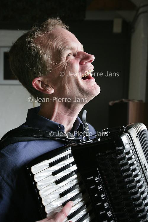 Nederland.Ophemert.3 april 2007..Bert van den Brink, arrangeur en pianist al spelende op zijn accordion in zijn studio.