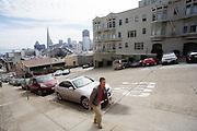 Een man loopt een steile heuvel in San Francisco omhoog. De Amerikaanse stad San Francisco aan de westkust is een van de grootste steden in Amerika en kenmerkt zich door de steile heuvels in de stad.<br /> <br /> A man walks at a steep hill in San Francisco. The US city of San Francisco on the west coast is one of the largest cities in America and is characterized by the steep hills in the city.