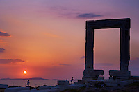 Europe, Grece, Mer Egée, Cyclades, île de Naxos, ville de Hora, portique du temple d'Apollon // Temple of Apollo, Portara or Gateway, the archeological site with sea and the chora on the background, Naxos island, Cyclades Islands, Greek Islands, Aegean Sea, Greece, Europe