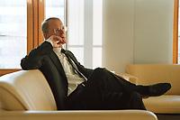 13 JAN 2000, BERLIN/GERMANY:<br /> Hans-Olaf Henkel, Präsident des Bundesverbandes der Deutschen Industrie, BDI, während einem Interview in seinem Büro<br /> Hans-Olaf Henkel, President of the Federalassociation of the German Industrie, during an interview, in his office<br /> IMAGE: 20000113-01/03-07