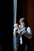 Gabriela Georgieva, Sporanistin aus Bulgarien, singt die Titelrolle der Tosca im Stadttheater Bern. AUf dem Bild mit Sohn Alexsander, vier Monate. © Adrian Moser