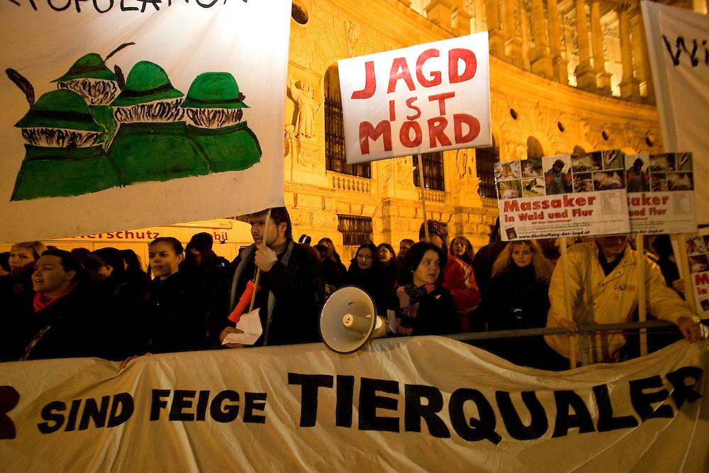 Wien/Oesterreich, AUT, 28.01.2008: Tierschuetzer waehrend ihrem jaehrlichen Protest gegen den Jaegerball vor der Wiener Hofburg.<br /> <br /> Vienna/Austria, AUT, 28.01.2008: Animal rights protesters in front of the Vienna Hofburg shortly before the official opening of the hunters ball (Jaegerball.