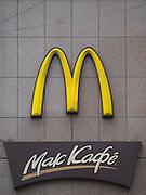 Moskau/Russische Foederation, RUS, 07.05.2008: Strassen Szene vor einer Mc Donalds Filiale in der Naehe der Twerskaja Prachtstrasse im Zentrum der russischen Metropole. <br /> <br /> Moscow/Russian Federation, RUS, 07.05.2008: Mc Donalds branch store close to the Twerskaja avenue in the city center of the Russian metropolis.