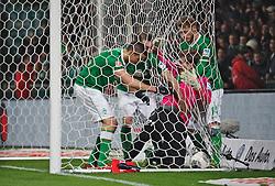 24.11.2013, Weserstadion, Bremen, GER, 1. FBL, SV Werder Bremen vs 1. FSV Mainz 05, 13. Runde, im Bild nach dem Anschlusstreffer durch Franco Matías Di Santo / Franco Matias Di Santo (SV Werder Bremen #9) versuchen dieser, Luca Caldirola (SV Werder Bremen #3), Aaron Hunt (Bremen #14), den Ball möglichst schnell von Loris Karius (1 FSV Mainz 05 #21) zu erhalten // nach dem Anschlusstreffer durch Franco Matías Di Santo / Franco Matias Di Santo (SV Werder Bremen #9) versuchen dieser, Luca Caldirola (SV Werder Bremen #3), Aaron Hunt (Bremen #14), den Ball möglichst schnell von Loris Karius (1 FSV Mainz 05 #21) zu erhalten during the German Bundesliga 13th round match between SV Werder Bremen and 1. FSV Mainz 05 at the Weserstadion in Bremen, Germany on 2013/11/24. EXPA Pictures © 2013, PhotoCredit: EXPA/ Andreas Gumz<br /> <br /> *****ATTENTION - OUT of GER*****