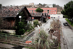 Potenza (PZ), 23-11-2010 ITALY - Il quartiere Bucaletto. Bucaletto è un quartiere popolare della periferia est di Potenza. Fu progettato all'indomani del terremoto dell'Irpinia del 23 novembre 1980, per risolvere i problemi delle famiglie sfollate a causa dei crolli di alcune abitazioni della città, difatti è caratterizzato dalla presenza di abitazioni singole, in prefabbricati..Nella Foto: Alcuni moduli abitativi in legno in corso di demolizione e sullo sfondo i 34 alloggi popolari concessi agli abitanti del quartiere.