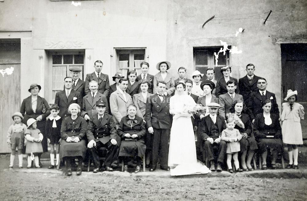 large group family wedding