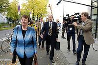 10 OCT 2005, BERLIN/GERMANY:<br /> Barbara Hendricks (L), SPD, Palr. Staatssekretaerin im Bundesfinanzministerium, und Peer Steinbrueck (R), SPD, Ministerpraesident a.D., und Journalisten, nach der Sitzung des SPD Parteivorstandes zu den Sondierungsgespraechen mit der CDU/CSU, Willy-Brandt-Haus<br /> IMAGE: 20051010-01-029<br /> KEYWORDS: Peer Steinbrück