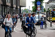 In Utrecht rijdt een grote stroom fietsers over het fietspad langs het Vredenburg tijdens de avondspits.<br /> <br /> In Utrecht cyclists ride at the bike lane near Vredenburg.