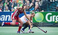 AMSTERDAM - Hockey -   Kitty van Male (Neth) (r) met Emily Maguire (GB) . Interland tussen de vrouwen van Nederland en Groot-Brittannië, in de Rabo Super Serie 2016 .  COPYRIGHT KOEN SUYK