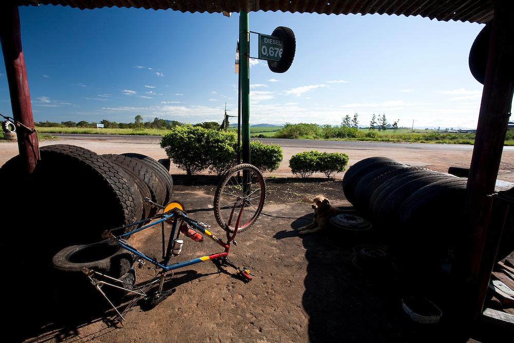 Passos_MG, Brasil...Borracharia proximo da MG 50 em Passos...Repair shop next to MG 50 in Passos...Foto: LEO DRUMOND / NITRO