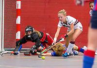 ARNHEM - Lauren Stam van A'dam belaagt de keeper Josine Koning van SCHC..  De vrouwen van Amsterdam tijdens de eerste dag van de zaalhockey competitie in de hoofdklasse, seizoen 2013/2014. FOTO KOEN SUYK