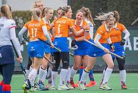 BLOEMENDAAL - Vreaugde bij Bloemendaal na het doelpunt van Lynn Oosterveer (Bldaal)  tijdens de hoofdklasse hockeywedstrijd dames, Bloemendaal-SCHC (1-4) .  COPYRIGHT  KOEN SUYK