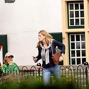 NLD/Laren/20060918 - Danielle Overgaag verlaat het terras met een tas met foto van haar kinderen