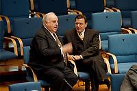 21.01.1999, Deutschland/Bonn:<br /> Helmut Kohl, CDU, Bundeskanzler a.D., und Gerhard Schröder, SPD, Bundeskanzler, im Gespräch, während der Bundestagsdebatte zur Finanz- und Wirtschaftspolitik auf den hinteren Stuhlreihen der CDU-BT Fraktion, Plenum, Deutscher Bundestag, Bonn<br /> IMAGE: 19990121-01/02-37<br /> KEYWORDS: Gerhard Schroeder
