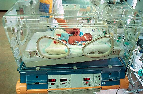 Nederland, Nijmegen, 6-4-2004..Te vroeg geboren baby in de couveuse. Neonatologie, kinder ic, i.c., intensive care. Problemen bij bevalling, medische techniek, ziekenhuis, kwetsbaarheid, pasgeborene..Foto: Flip Franssen