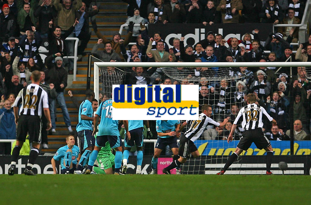Photo: Andrew Unwin.<br />Newcastle United v Tottenham Hotspur. The Barclays Premiership. 23/12/2006.<br />Newcastle's Scott Parker (17) wheels away after scoring his team's third goal.