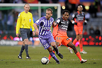 FOOTBALL - FRENCH CHAMPIONSHIP 2009/2010 - L1 - TOULOUSE FC v OLYMPIQUE LYONNAIS - 7/02/2010 - PHOTO JEAN MARIE HERVIO / DPPI - MATHIEU BERSON (TFC) / JEAN II MAKOUN (OL)