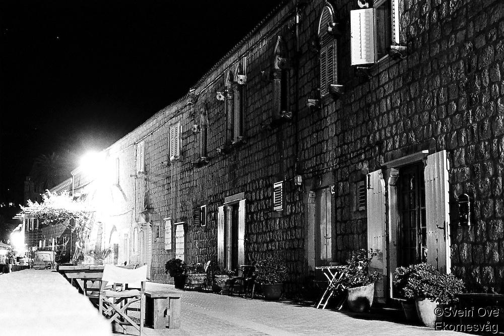Kroatia 2012-06.<br /> Nattbilde av hovedgaten på Lopud.<br /> Foto: Svein Ove Ekornesvåg