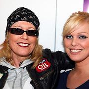 NLD/Amsterdam/20080409 - Presentatie Disney DVD en start Dutchykitten, Bridget Maasland met haar moeder in gesprek