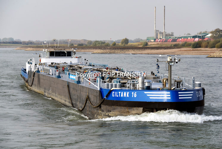 Nederland, the netherlands, Nijmegen, 21-10-2018 Door de aanhoudende droogte staat het water in de rijn, ijssel en waal extreem laag . Schepen moeten minder lading innemen om niet te diep te komen . Hierdoor is het drukker in de smallere vaargeul . Door te weinig regenval in het stroomgebied van de rijn is het laagterecord verbroken. Foto: Flip Franssen De Waal is het Nederlandse deel van de Rijn en de belangrijkste vaarroute van en naar Rotterdam en Duitsland . Aftakkingen zijn de minder bevaren Neder Rijn en IJssel.Foto: Flip Franssen