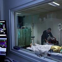 Nederland, Amsterdam , 12 november 2010..Workshop simulatie. Kijkje in de simulator en zie hoe risicovolle situaties worden geoefend..Op de foto simulatorpop inclusief de controle besturingskamer..Foto:Jean-Pierre Jans