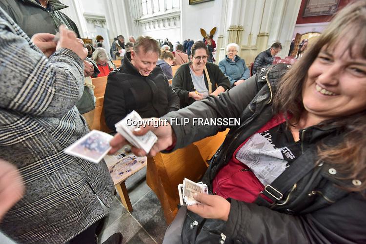 Nederland, Nijmegen, 13-4-2019Plaatjes verzamelen en ruilen in de Stevenskerk. De Jumbo heeft een plakplaatjesboek gemaakt over Nijmegen. Vandaag konden die afgehaald en met anderen geruild worden. Foto: Flip Franssen
