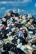 Garbage barges transported some 20,000 tons of garbage out of New York City to Fresh Kills landfill in Staten Island every day for several decades.  <br /> Garbage barges transported some 20,000 tons of garbage out of New York City to Fresh Kills landfill in Staten Island every day for several decades.