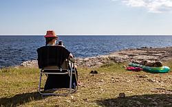 THEMENBILD - eine Frau in einem Sonnenstuhl mit Hut blickt auf ihr Smartphone am Strand mit ihrem Kind, aufgenommen am 26. Juni 2018 in Pula, Kroatien // a woman in a sun chair with hat looks at her smartphone on the beach with her Child, Pula, Croatia on 2018/06/26. EXPA Pictures © 2018, PhotoCredit: EXPA/ JFK