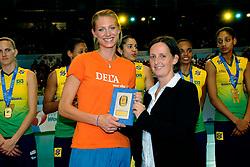 23-08-2009 VOLLEYBAL: WGP FINALS CEREMONY: TOKYO <br /> Brazilie wint de World Grand Prix 2009 / Manon Flier en Gabrielle van Zwieten<br /> ©2009-WWW.FOTOHOOGENDOORN.NL