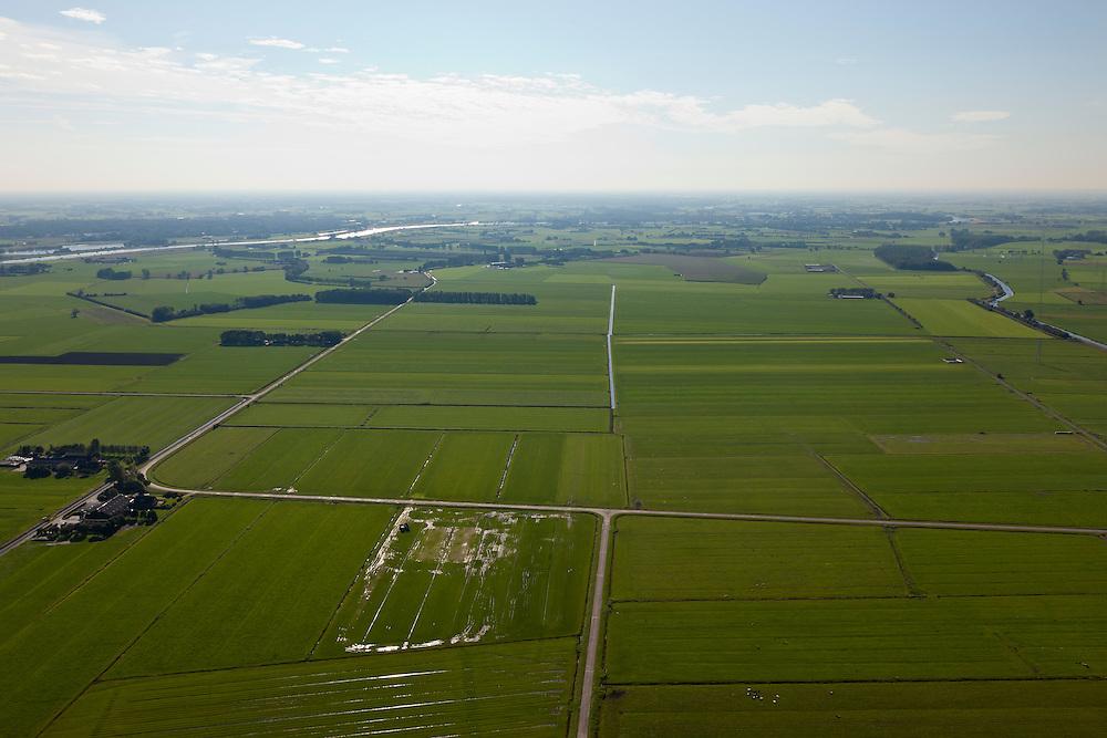 Nederland, Overijssel, Gemeente Heerde, 03-10-2010; landelijk gebied  ten westen van de IJssel (links), voorbestemd voor de aanleg van de toekomstige hoogwatergeul Veessen-Wapenveld. Foto naar het zuiden, midden boven de toekomstige geul. De geul wordt niet gegraven maar ontstaat door twee dijken aan te leggen (uiterst links en rechts in deze foto)..Rural area west of the IJssel (left), destined for the construction of future high-water channel Veessen Wapenveld. Photo to the south and in the centre of the future channel. The channel will not be excavated but but instead two parallel dikes will be constructed. .luchtfoto (toeslag), aerial photo (additional fee required).foto/photo Siebe Swart