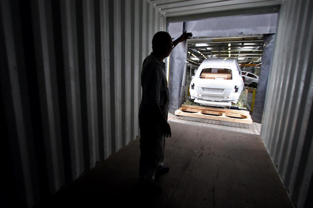 Mlada Boleslav/Tschechische Republik, Tschechien, CZE, 19.03.07: Ein Skoda Octavia wird auf dem Werksgelände der Skoda Auto Fabrik für den Export in einen Container geladen. Mlada Boleslav. Der tschechische Autohersteller Skoda ist ein Tochterunternehmen der Volkswagen Gruppe.<br /> <br /> Mlada Boleslav/Czech Republic, CZE, 19.03.07: Worker co-ordinate loading of Skoda Octavia vehicle into transport container for export at Skoda car factory in Mlada Boleslav. Czech car producer Skoda Auto is subsidiary of the German Volkswagen Group (VAG).