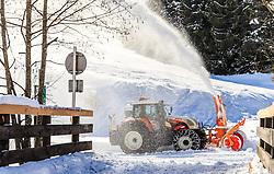 THEMENBILD - ein Traktor mit einer Schneefraese räumt Schnee von einem Parkplatz nach den Schneefällen der vergangenen Tage, aufgenommen am 09. Maerz 2016 in Saalbach, Oesterreich // A snow blower clears a parking lot after snowfall, on 2016/03/09 in Saalbach, Austria. EXPA Pictures © 2015, PhotoCredit: EXPA/ JFK