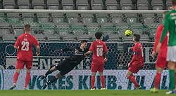 Kevin Stuhr Ellegaard (FC Helsingør) strækker sig forgæves ved Viborgs scoring til 1-0 under kampen i 1. Division mellem Viborg FF og FC Helsingør den 30. oktober 2020 på Energi Viborg Arena (Foto: Claus Birch).