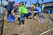 Nederland, Nijmegen, 14-4-2014Nijmegen graaft is een project waarbij de bevolking kan meegraven naar archeologische voorwerpen in het Waalfront gebied bij de voormalige Honigfabriek. Schoolkinderen bijten het spits af en maken kennis met de Romeinse en middleeuwse geschiedenis van de stad,Foto: Flip Franssen/Hollandse Hoogte