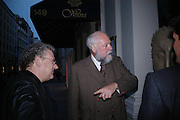 Jeremy Thomas and Roger Law.  The land of Oz. Roger Law exhibition, The Fine Art Society. 5 April 2005. ONE TIME USE ONLY - DO NOT ARCHIVE  © Copyright Photograph by Dafydd Jones 66 Stockwell Park Rd. London SW9 0DA Tel 020 7733 0108 www.dafjones.com