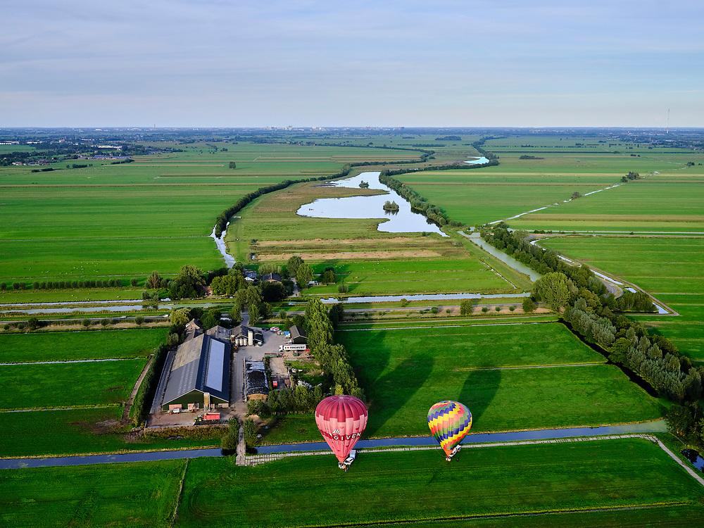 Nederland, Utrecht, Oudewater, 14-09-2019; Zicht op veenweidegebied van de Lopikerwaard. Heteluchtbalonnen klaar voor vertrek. Water van Wijde Blokwetering en Landschedingssloot, natuurgebied Willeskop ten zuidoosten van Oudewater in de achtergrons<br /> View of peat meadow area and polders of the Lopikerwaard.<br /> luchtfoto (toeslag op standard tarieven);<br /> aerial photo (additional fee required);<br /> copyright foto/photo Siebe Swart