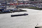 Nederland, Rotterdam, 18-10-2019Uitzicht op de rotterdamse haven ter hoogte van de euromast. scheepvaart,scheepvaartverkeer op het water. Langs de oever waar voorheen hijskranen voor stukgoed en opslagloodsen stonden zijn nu moderne woningen, appartementen, gebouwd. Binnenvaartschip beladen met containers vaart richting duitsland .Foto: Flip Franssen