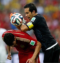 18-06-2014 BRA: World Cup Spanje - Chili, Rio Janeiro<br /> Chili wint met 2-0 van Spanje die door deze uitslag is  uitgeschakeld / Chile's goalkeeper Claudio Bravo competes for the ball with Spain's Diego Costa <br /> <br /> *** NETHERLANDS ONLY ***