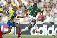 FOTBALL - CONFEDERATIONS CUP 2003 - 1/2 FINAL - KAMERUN v COLOMBIA - 030626 - VALERY MEZAGUE (CAM) / JORGE LOPEZ (COL) - PHOTO JEAN-MARIE HERVIO / DIGITALSPORT