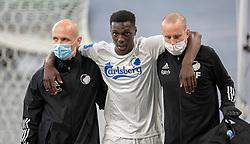 En skadet Mohamed Daramy (FC København) bliver hjulpet fra banen under kampen i 3F Superligaen mellem FC København og AaB den 17. juni 2020 i Telia Parken, København (Foto: Claus Birch).